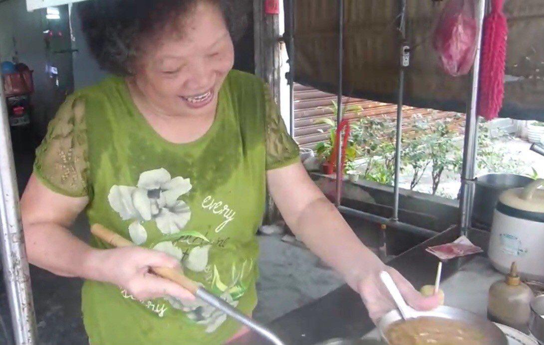 傳香42載的「黃家珍味」麵線糊,是用上等後腿肉、手工麵線及20多種秘方調配而成,...