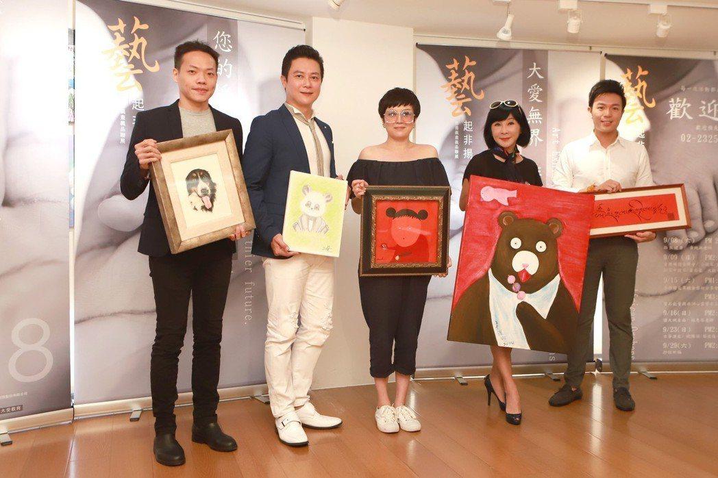 王燦(左二起)苗可麗和吳淡如出席公益活動,捐出自己的畫作。圖/民視提供