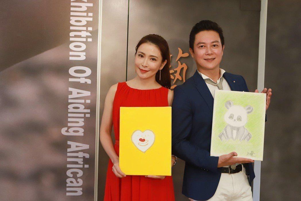 德馨(左)和王燦捐出畫作參加公益活動。圖/民視提供