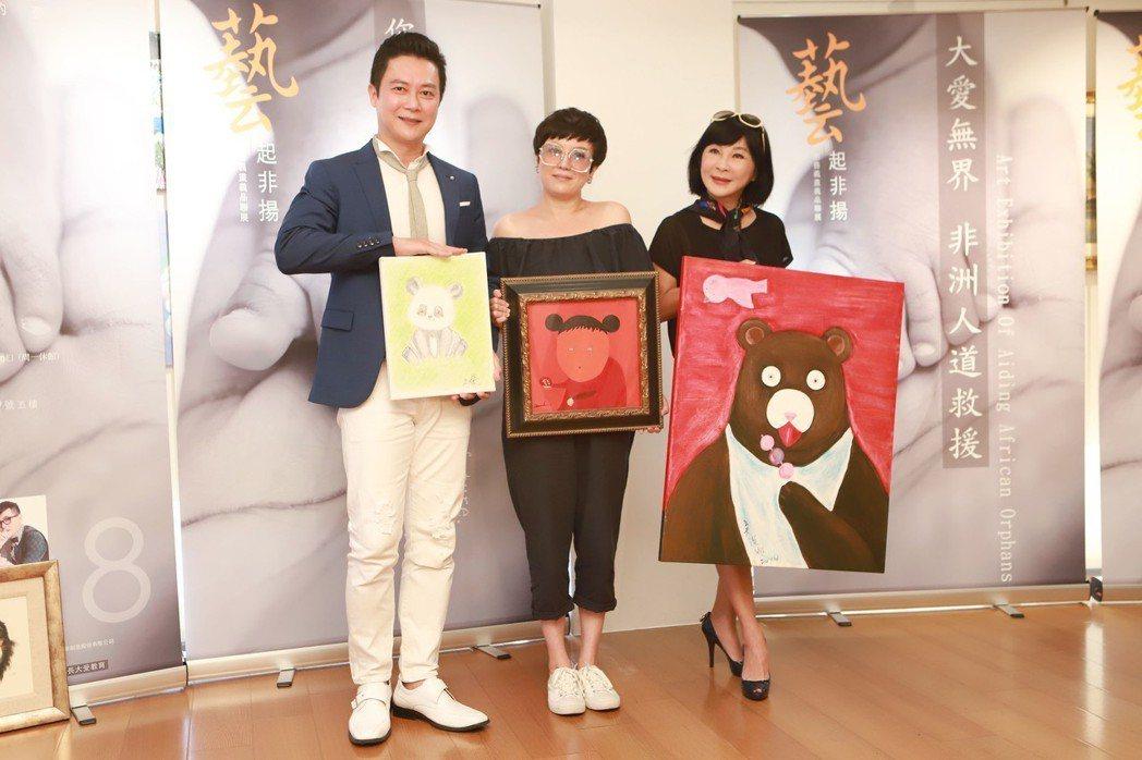王燦(左起)和苗可麗、吳淡如捐畫作作公益。圖/民視提供