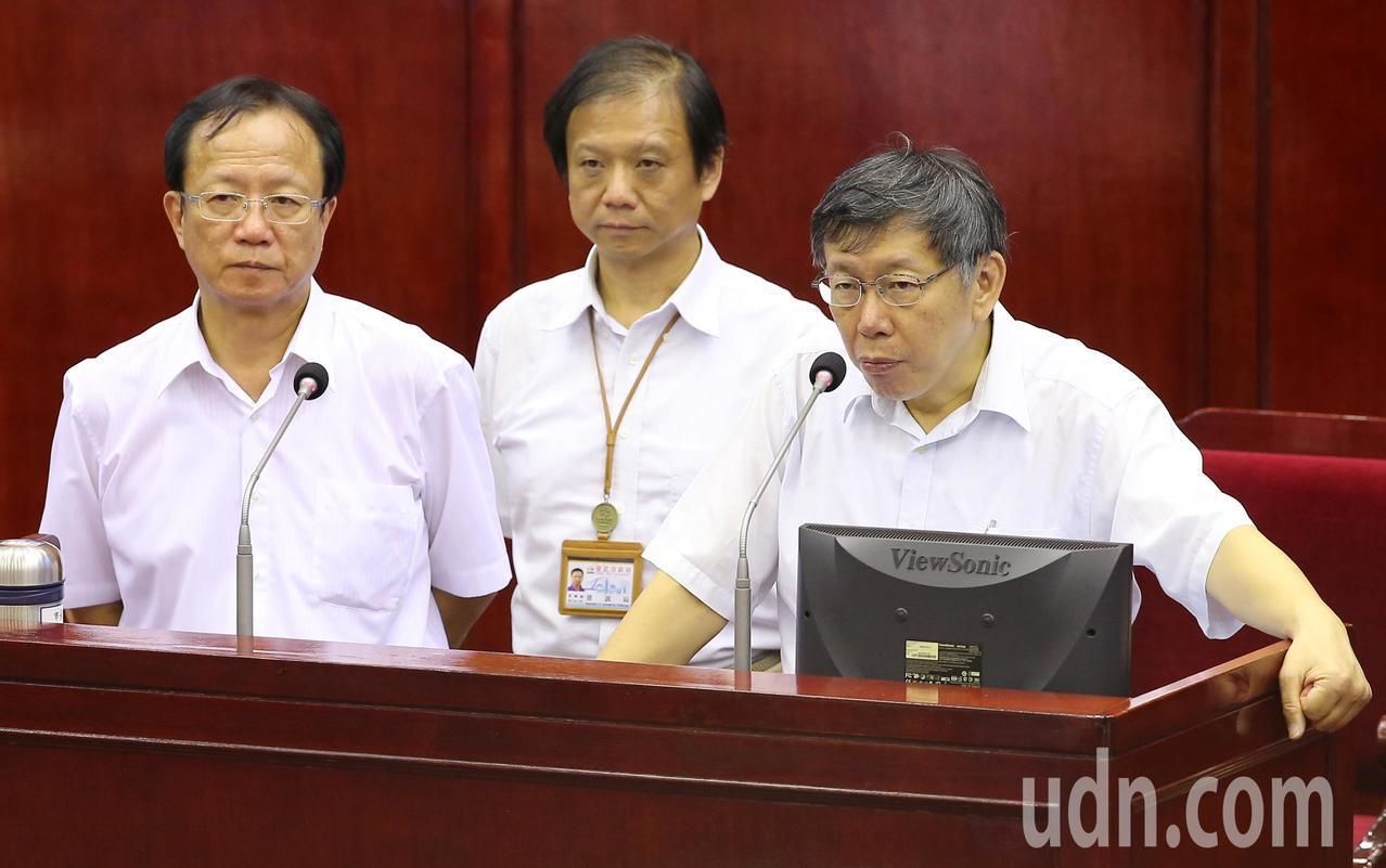 台北市長柯文哲(右起)、資訊局長李維斌、警察局長陳嘉昌下午在台北市議會針對台北市...