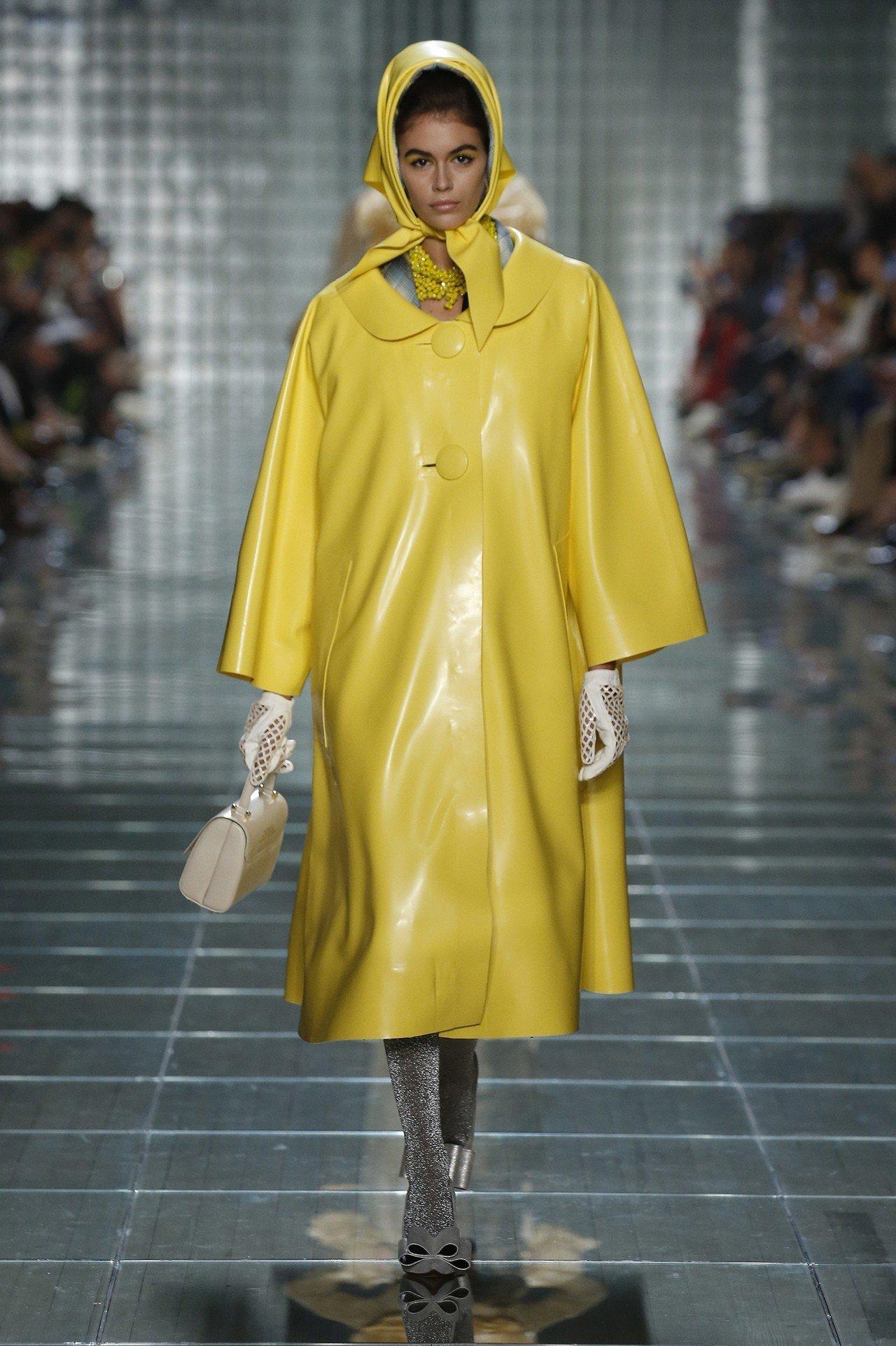 凱亞葛柏在紐約時裝周出鏡率極高,一身鮮黃服裝有復古女伶的美感。圖/MARC JA...