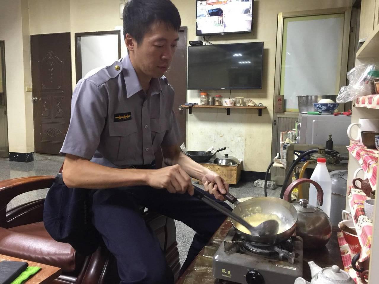 不擅烹飪的楊宗育親自下廚為老婦人煮了ㄧ碗雞蛋粥充飢。圖/善化警分局提供