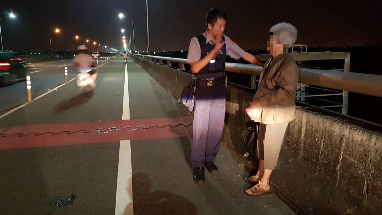 楊宗育(左)在西港大橋發現有意輕生的老婦人。圖/善化警分局提供