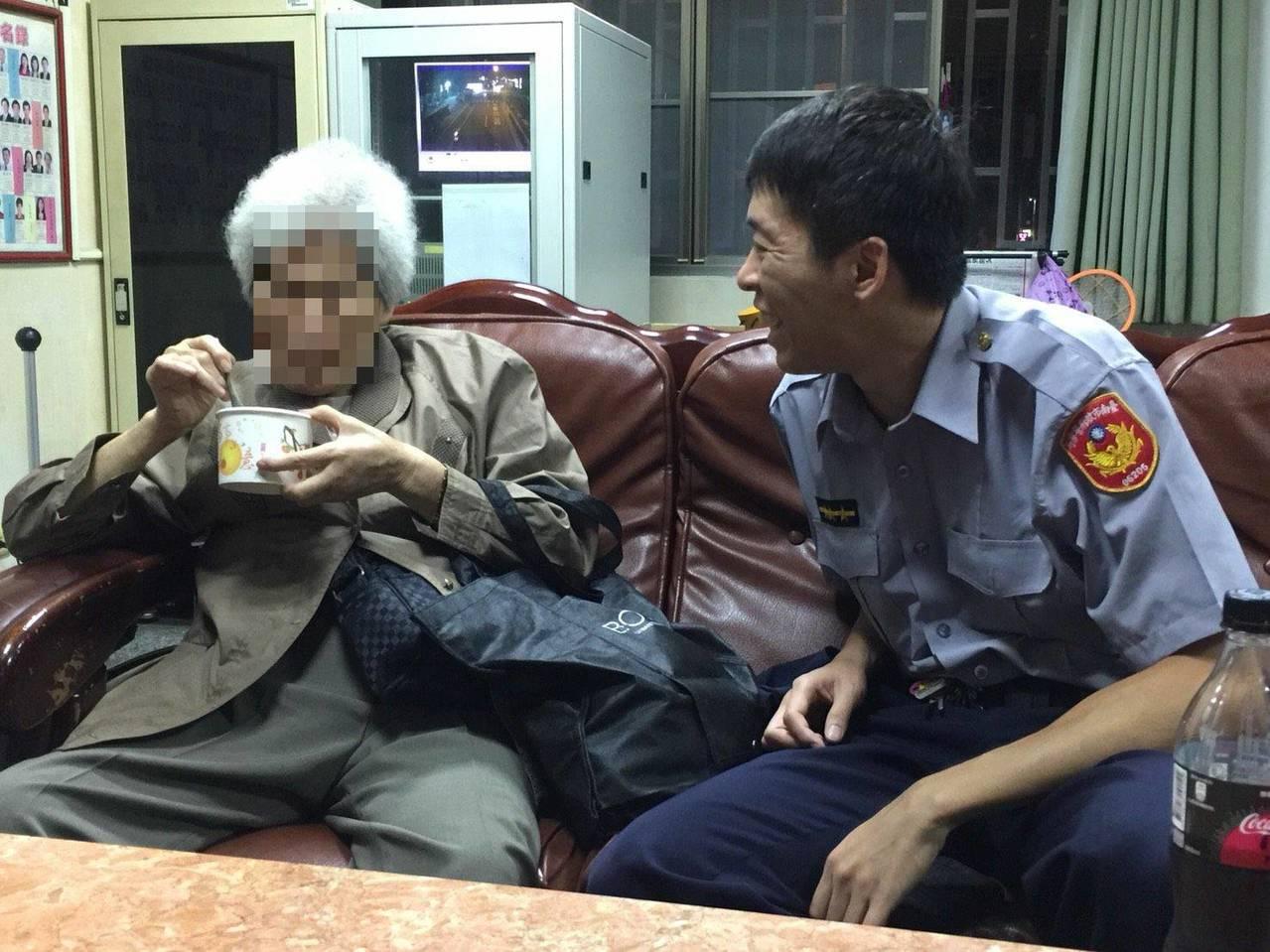 楊宗育(右)專注陪著老婦人吃粥充飢,留下溫馨畫面。圖/善化警分局提供