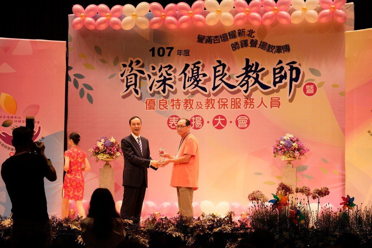 林淑綾榮獲今年度資深優良教師,今天由丈夫李文正代表上台領獎。記者張曼蘋/攝影