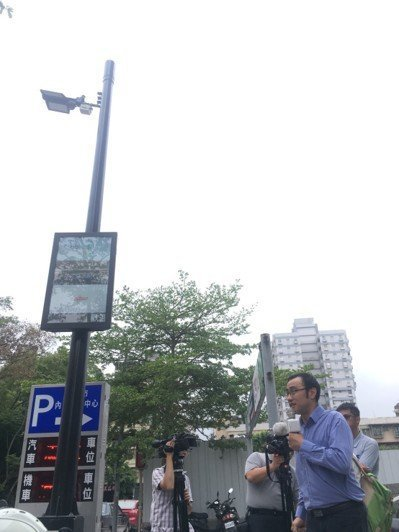 北市府明(2019)年將擴大設置智慧路燈。圖/資訊局提供