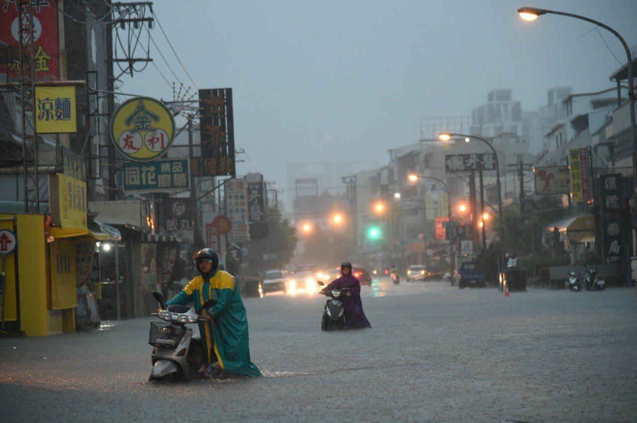 高雄市稅捐稽徵處表示,因0823超大豪雨災害造成車輛損害的牌照稅減免申請,申請期...