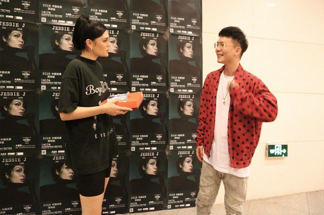 蕭秉治送上月餅給Jessie J。圖/相信音樂提供