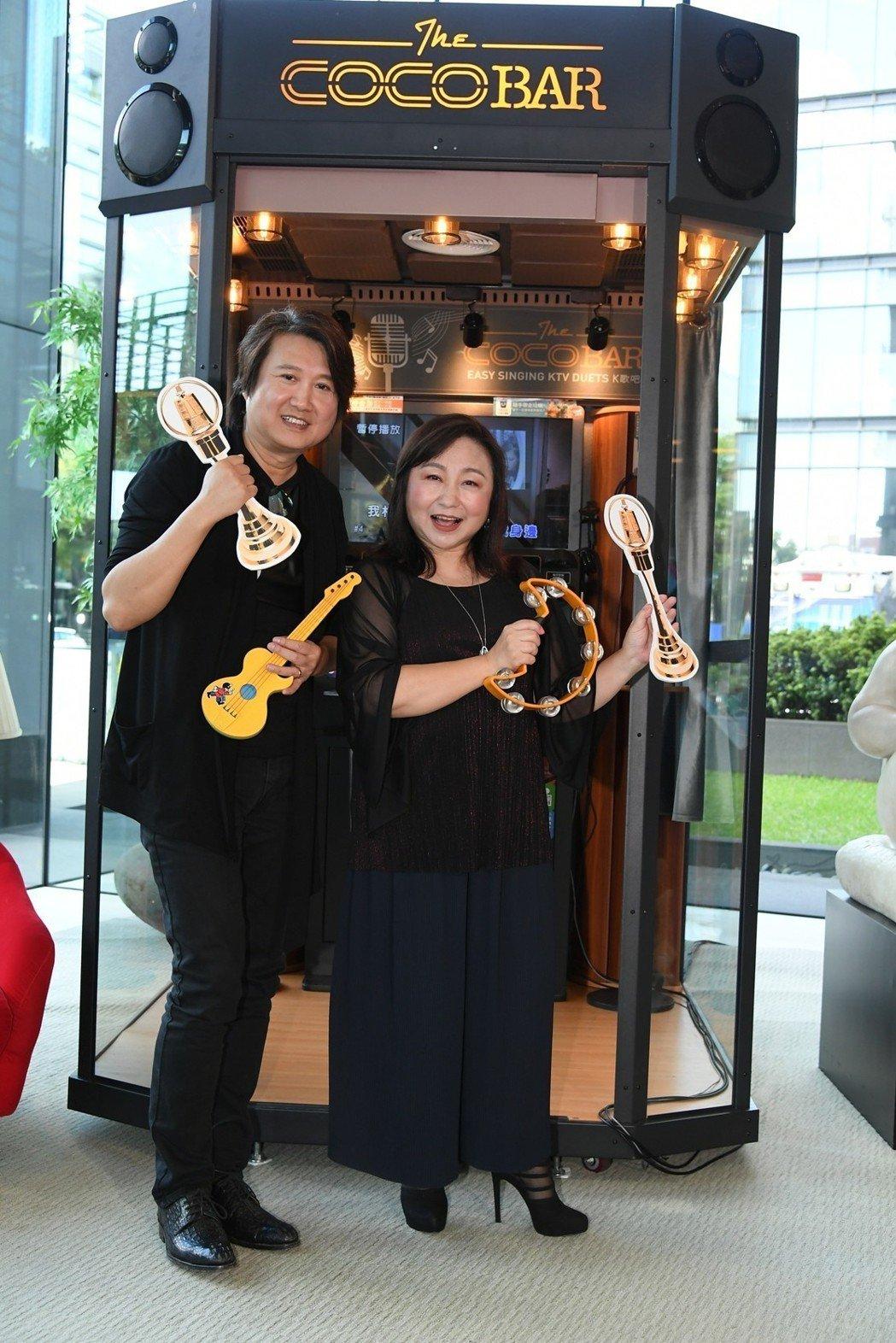 周治平(左)和鄭怡受邀在廣播金鐘典禮上擔任表演嘉賓。圖/三立提供