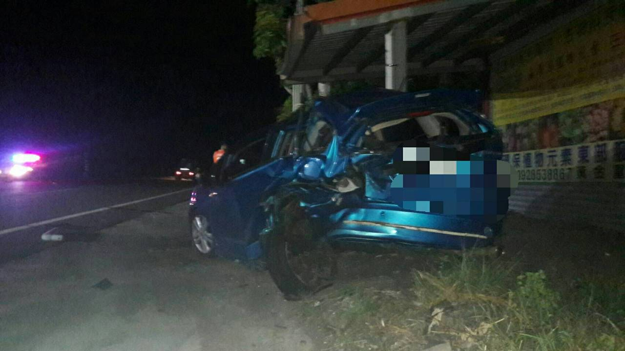 無辜遭撞的李姓男子,不禁車尾毀損,乘客也受傷。圖/台東分局提供