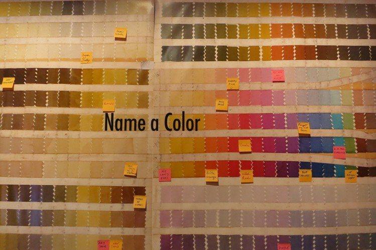 現場嘉賓可以自在用便利貼為每一個顏色寫上名字。圖/記者楊詩涵攝影