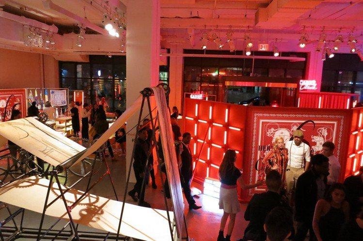 「Hermès Carré Club」活動現場擺放大型繪圖機。圖/記者楊詩涵攝影