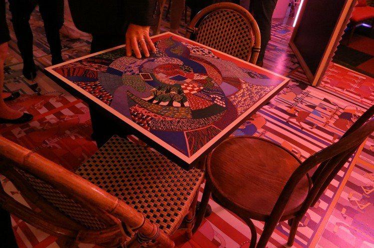 座位區的桌子上面都是絲巾的長寬規格與圖案。圖/記者楊詩涵攝影