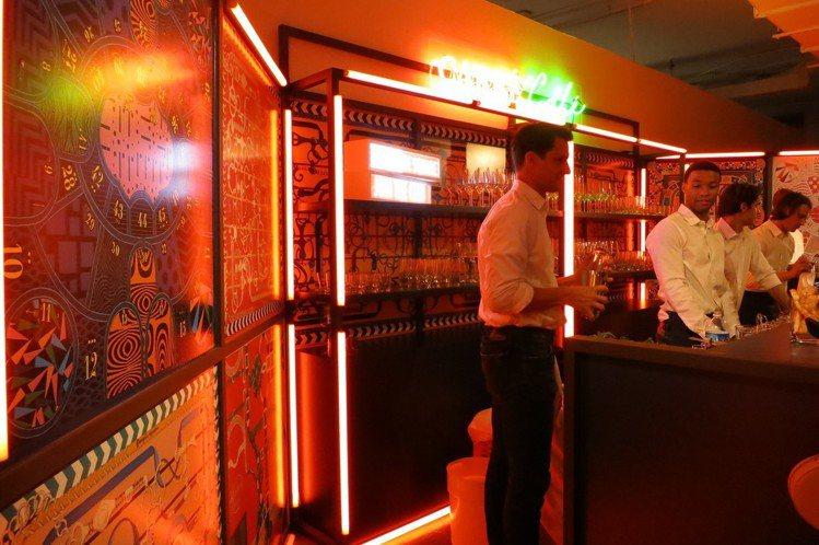 「Carré Café」的空間設計也有絲巾元素。圖/記者楊詩涵攝影