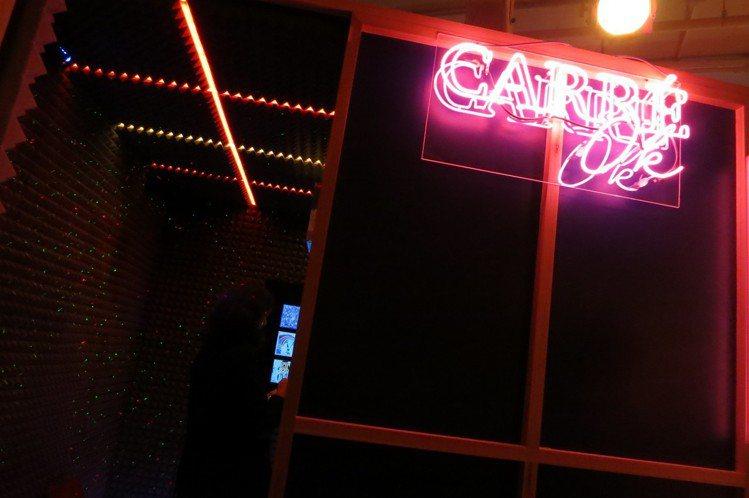 在「Carré-OK」的小空間裡,可以點唱與絲巾故事相關的歌曲。圖/記者楊詩涵攝...