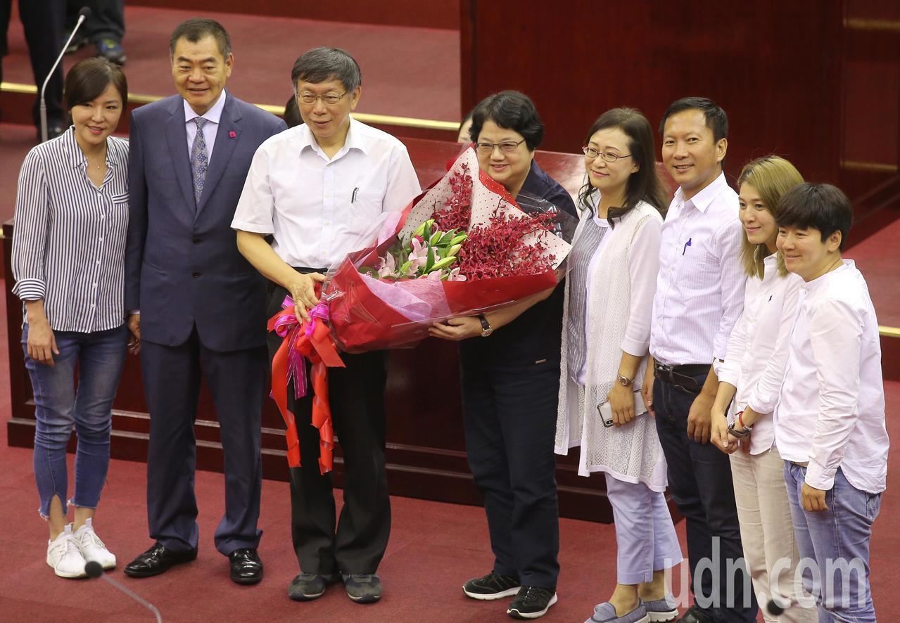 台北市議會第十二屆市政總質詢今天傍晚結束,已任五屆台北市議長吳碧珠(左四)由於不...