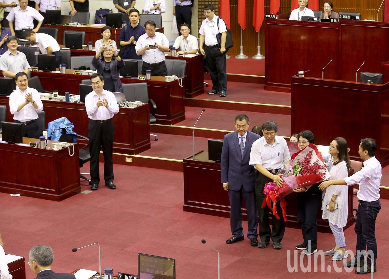 台北市議會第十二屆市政總質詢今天傍晚結束,已任五屆台北市議長吳碧珠(右三)由於不...