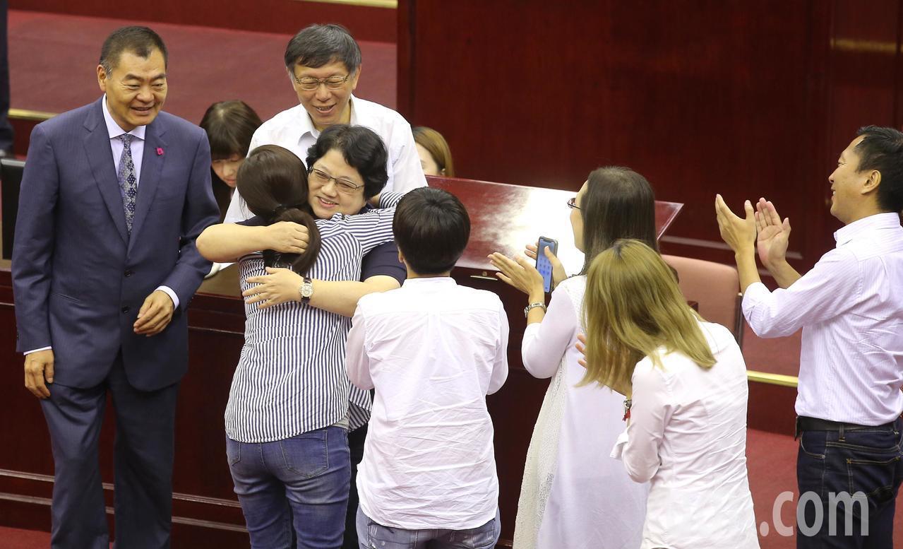 台北市議會第十二屆市政總質詢今天傍晚結束,已任五屆台北市議長吳碧珠(前左二)由於...