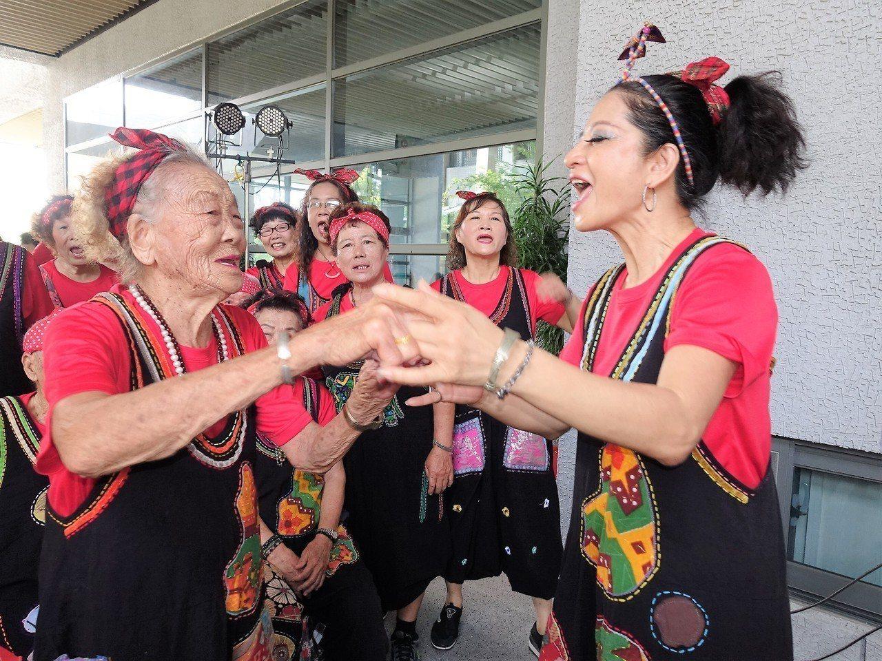 屏東縣鹽埔鄉新二社區的阿嬤陳碧(左)今年已93歲,能歌能舞,阿嬤說最愛跳「雨夜花...