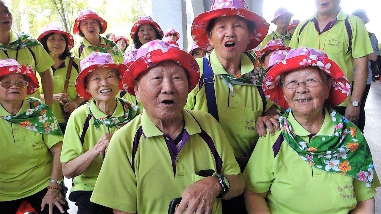 高樹鄉廣福社區的阿公阿媽個個能唱客家山歌,90歲的楊劉绣英(右)唱得超開心。記者...