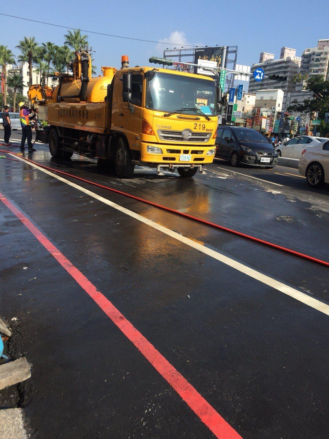 油罐車沿路漏油數百公尺,造成許多騎士摔車,市府派員清理。圖/翻攝畫面