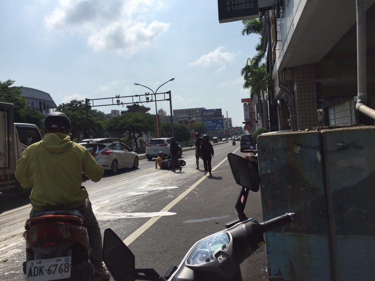 油罐車沿路漏油數百公尺,造成許多騎士摔車。圖/翻攝畫面
