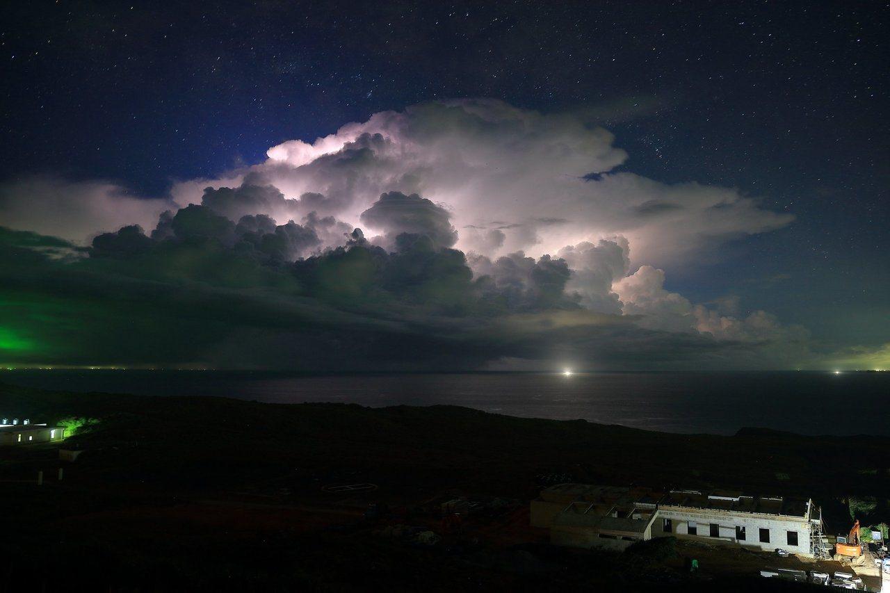 蔡英文總統在臉書分享中央氣象局技佐傅譯鋒拍的「積雨雲伴隨雲間放電」照片,強調「應...