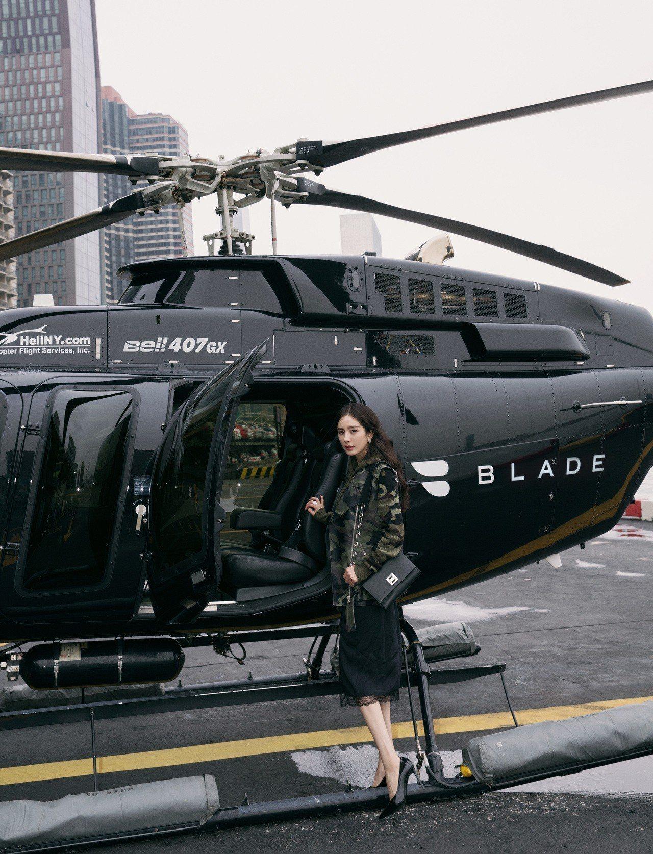 楊冪搭乘直升機前往轉乘私人飛機。圖/MICHAEL KORS提供