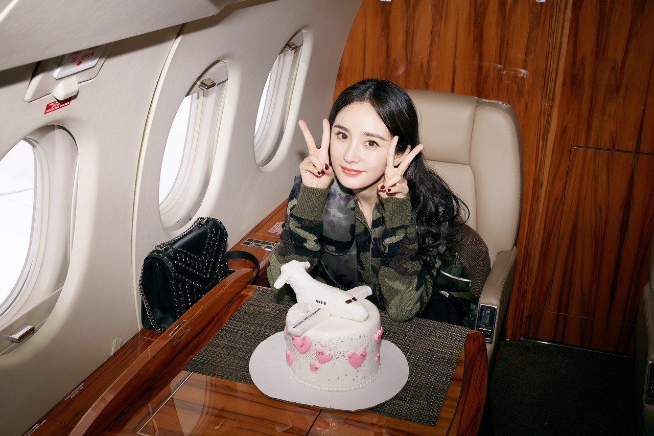 楊冪在飛機上慶生,像快樂的小女孩。圖/MICHAEL KORS提供