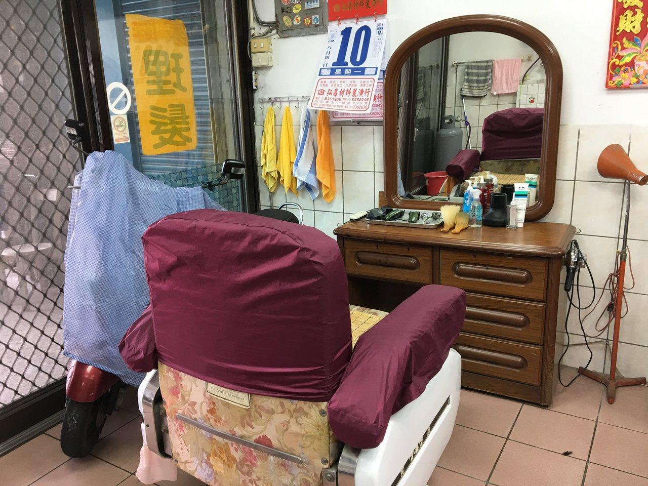蔡三貴的理髮店就開在家裡的客廳,從座椅到梳妝台有著濃濃的復古味。記者徐庭揚/攝影