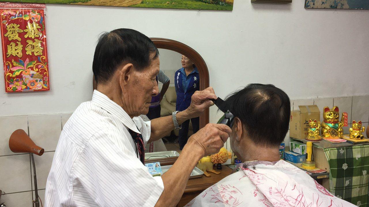 蔡三貴俐落動作的剪髮,10幾分鐘就能弄出滿意的髮型,看似簡單卻整整齊齊。記者徐庭...