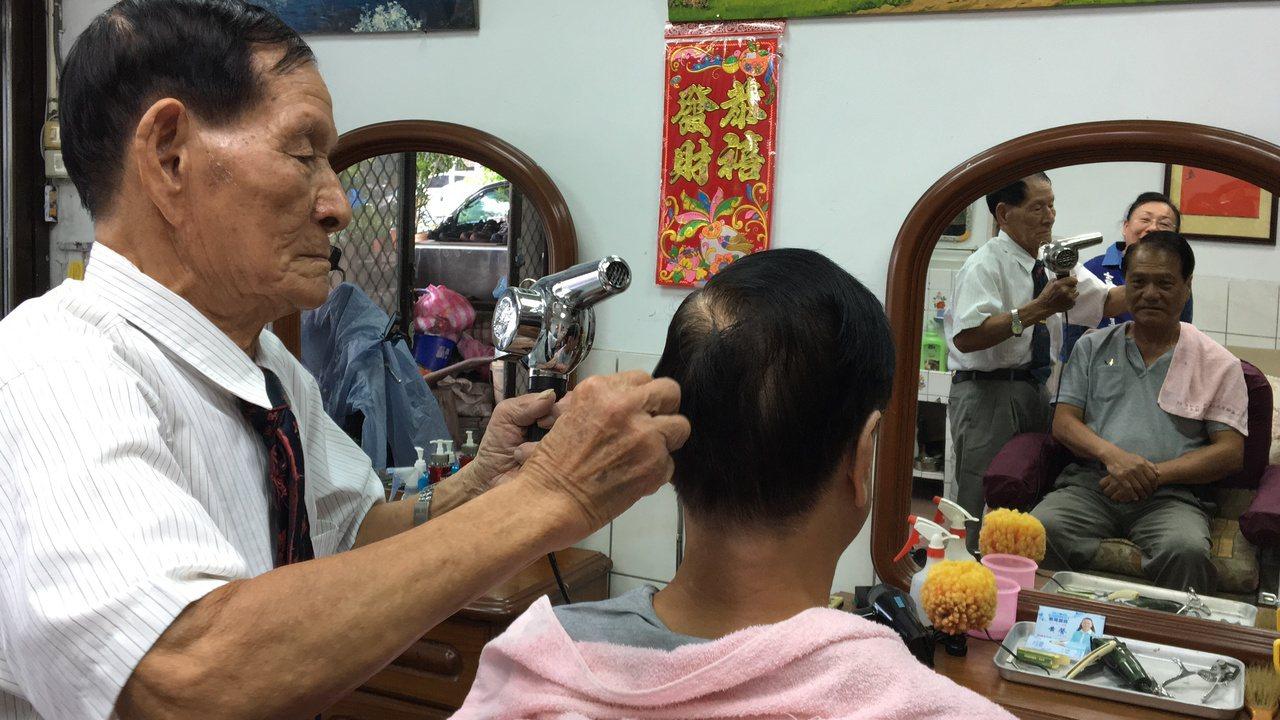 蔡三貴憑藉一技之長的理髮技術,開了間理髮店,一開就是40 年,手藝大獲好評。記者...