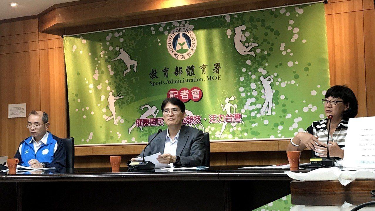 體育署署長高俊雄(中)鼓勵蚊子館、轉型中的商場,能以運動為主題朝向運動產業園區方...