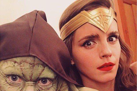 每年萬聖節都會有不少歐美紅星發布他們打扮成著名影視人物的造型,現在離萬聖節還有一個多月,在「哈利波特」系列電影扮演「妙麗」而走紅的艾瑪華森,已經迫不及待將自己扮成「神力女超人」,身旁還伴著一位打扮成...