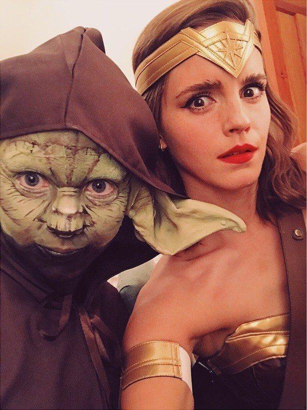 艾瑪華森扮成神力女超人,一旁的友人則裝作「尤達」大師。圖/摘自Instagram
