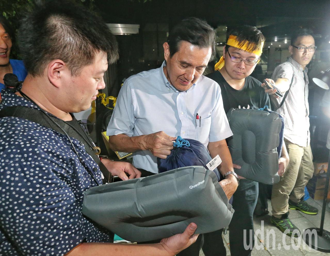 馬英九(中)送來睡袋枕頭給黃士修(右)聲援。記者鄭清元/攝影