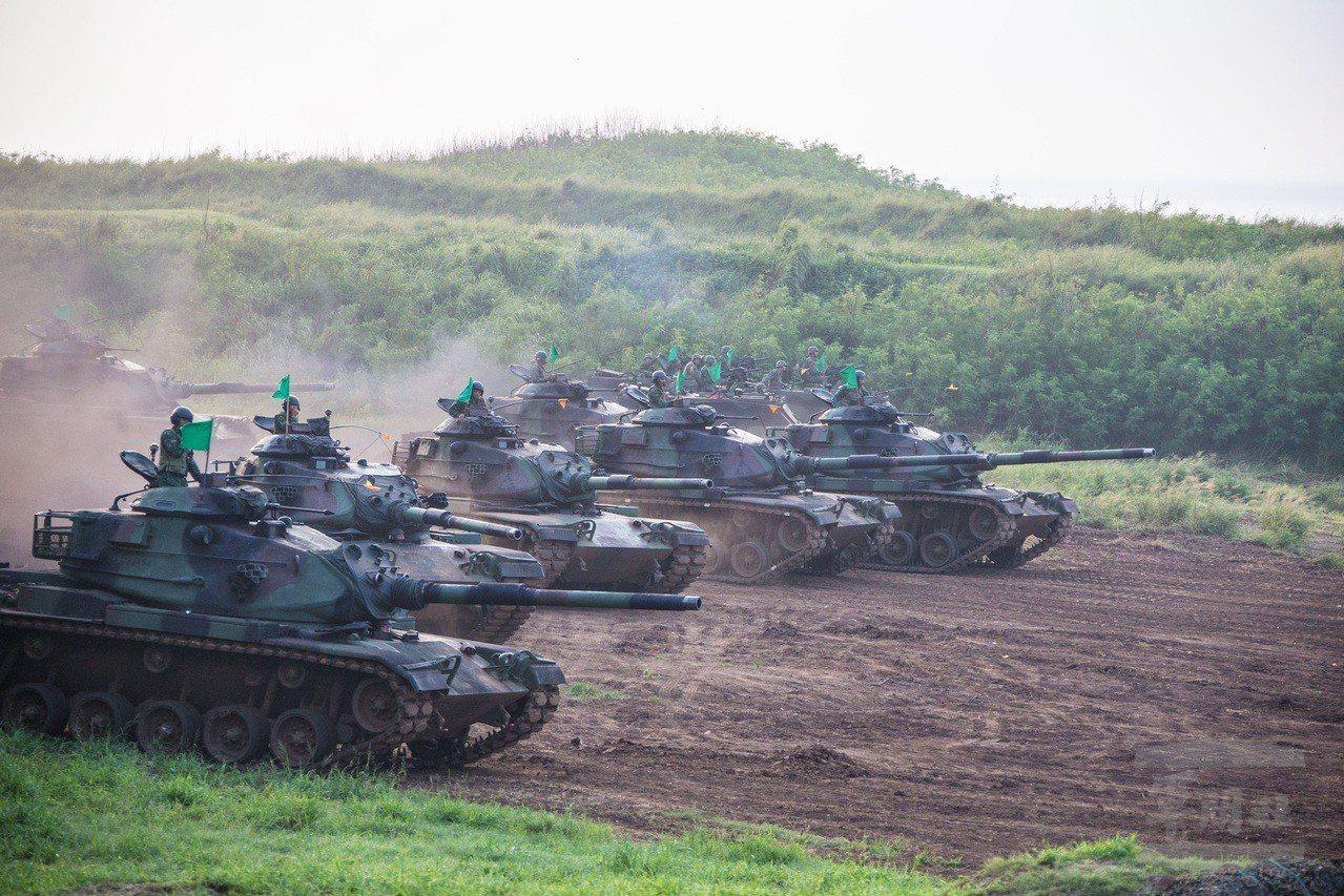 陸軍澎湖防衛指揮部今日日實施「聯合反登陸作戰操演」,全營主力戰車M60A3發起攻...