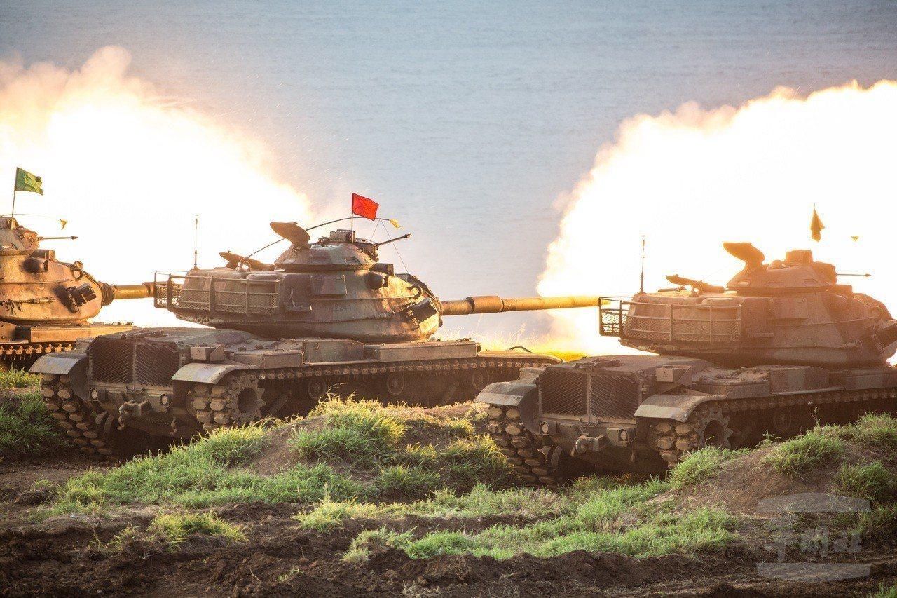 陸軍澎湖防衛指揮部13日實施「聯合反登陸作戰操演」,主力戰車M60A3在岸際向海...