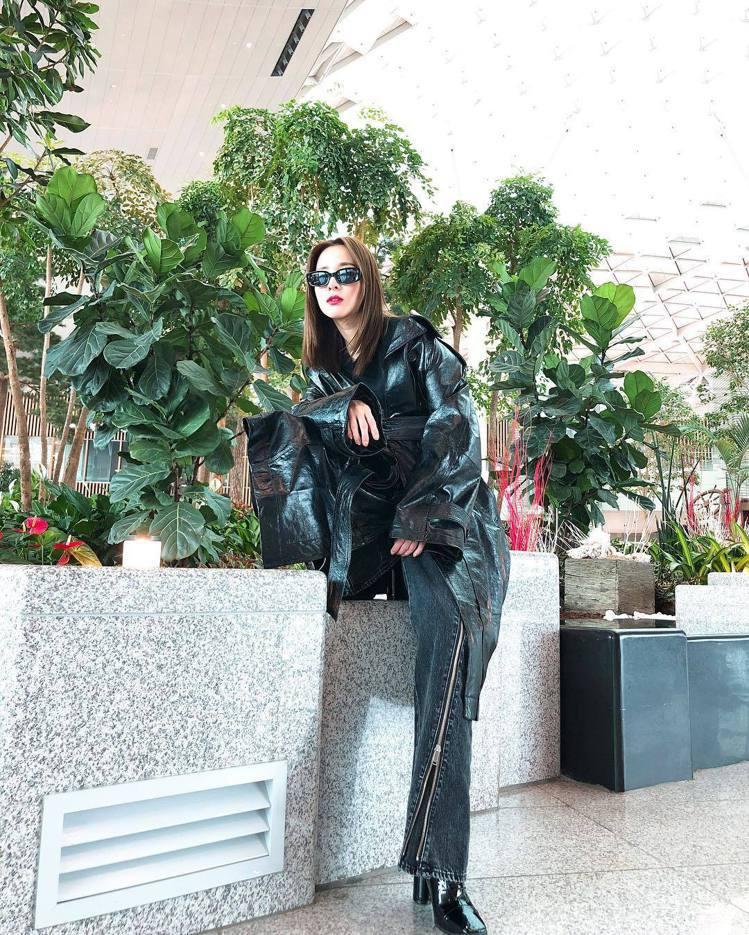 韓國女星Dara在來台前就率先穿了品牌的秋冬黑色丹寧褲。圖/摘自instagra...