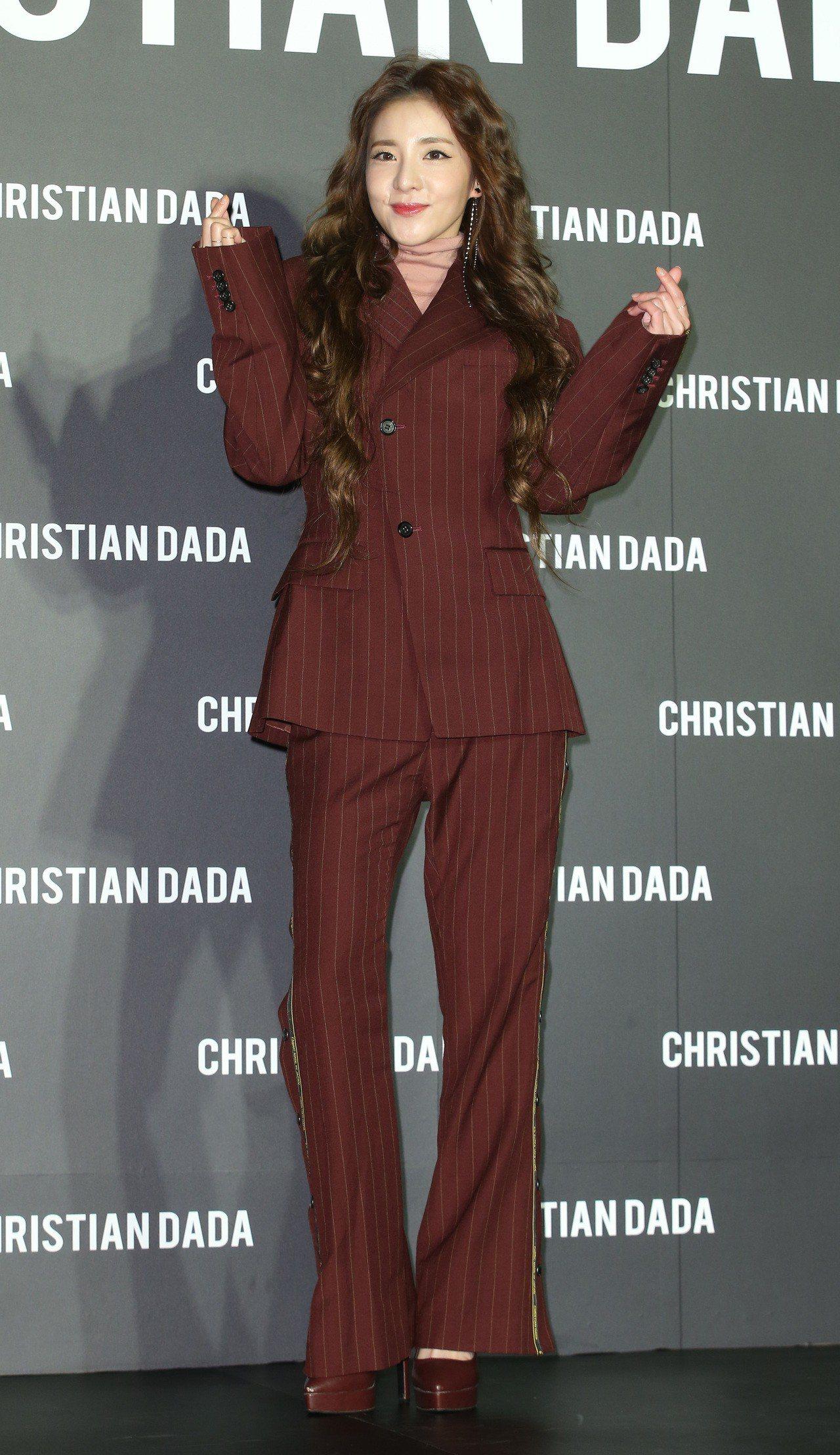 韓國女星Dara出席Christian Dada旗艦店開幕活動,身穿鮭魚粉高領上...