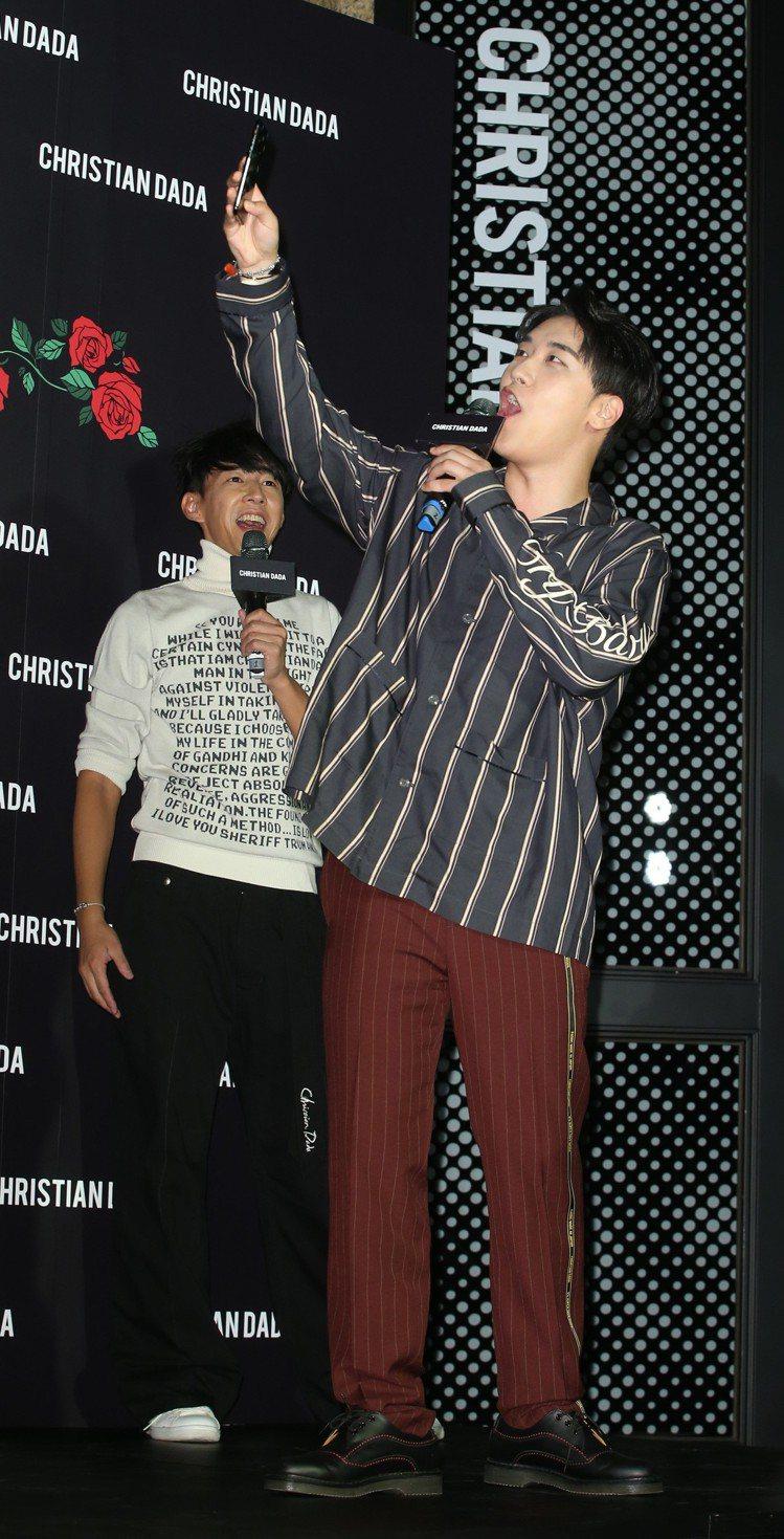 勝利出席Christian Dada旗艦店開幕活動,心情相當的好,還開心的和粉絲...