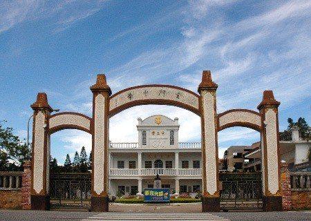 創校於1951年的金門高中為金門唯一普通高中,門面為三層樓四柱三開間西式外觀。圖...