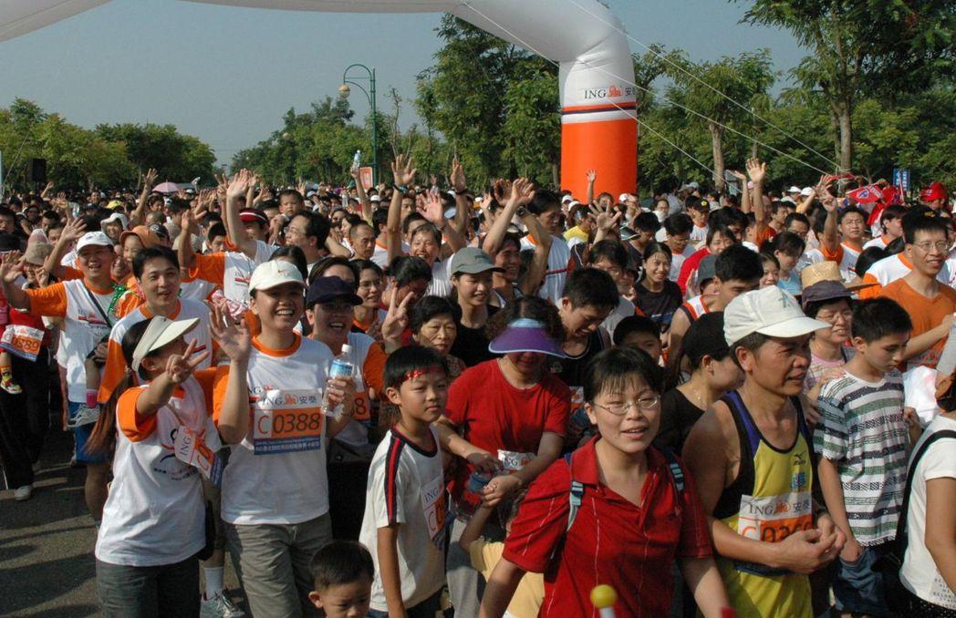 全民瘋路跑,醫師陳焜結建議,民眾從事戶外活動前,可先到環保署空氣品質監測網查詢。...