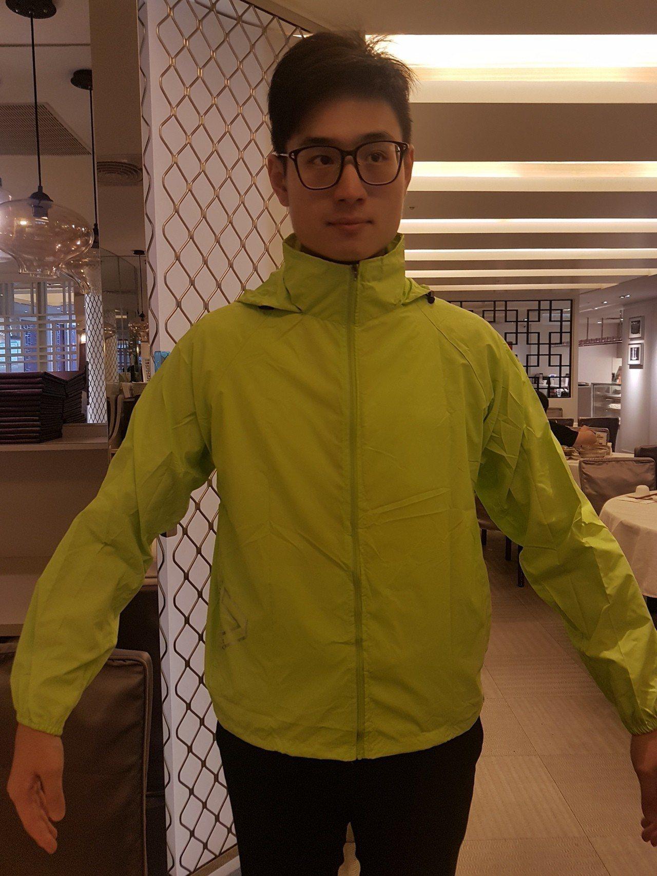 新光人壽提供登高大賽參賽者一件防雨防風的黃綠色透氣外套。記者孫中英/攝影