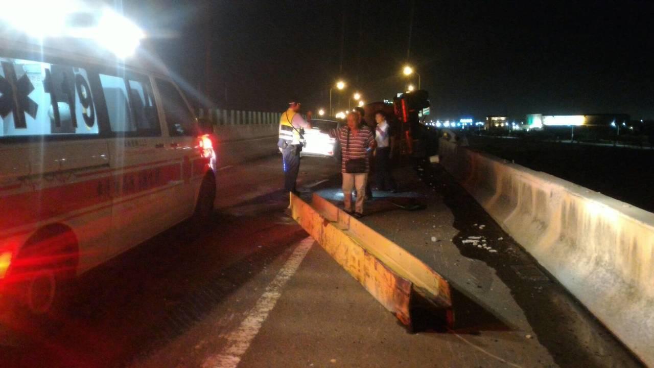 彰化縣台61線快速道路北上178.5鹿港段今晚8點36分發生一起槽車翻覆車禍,一...