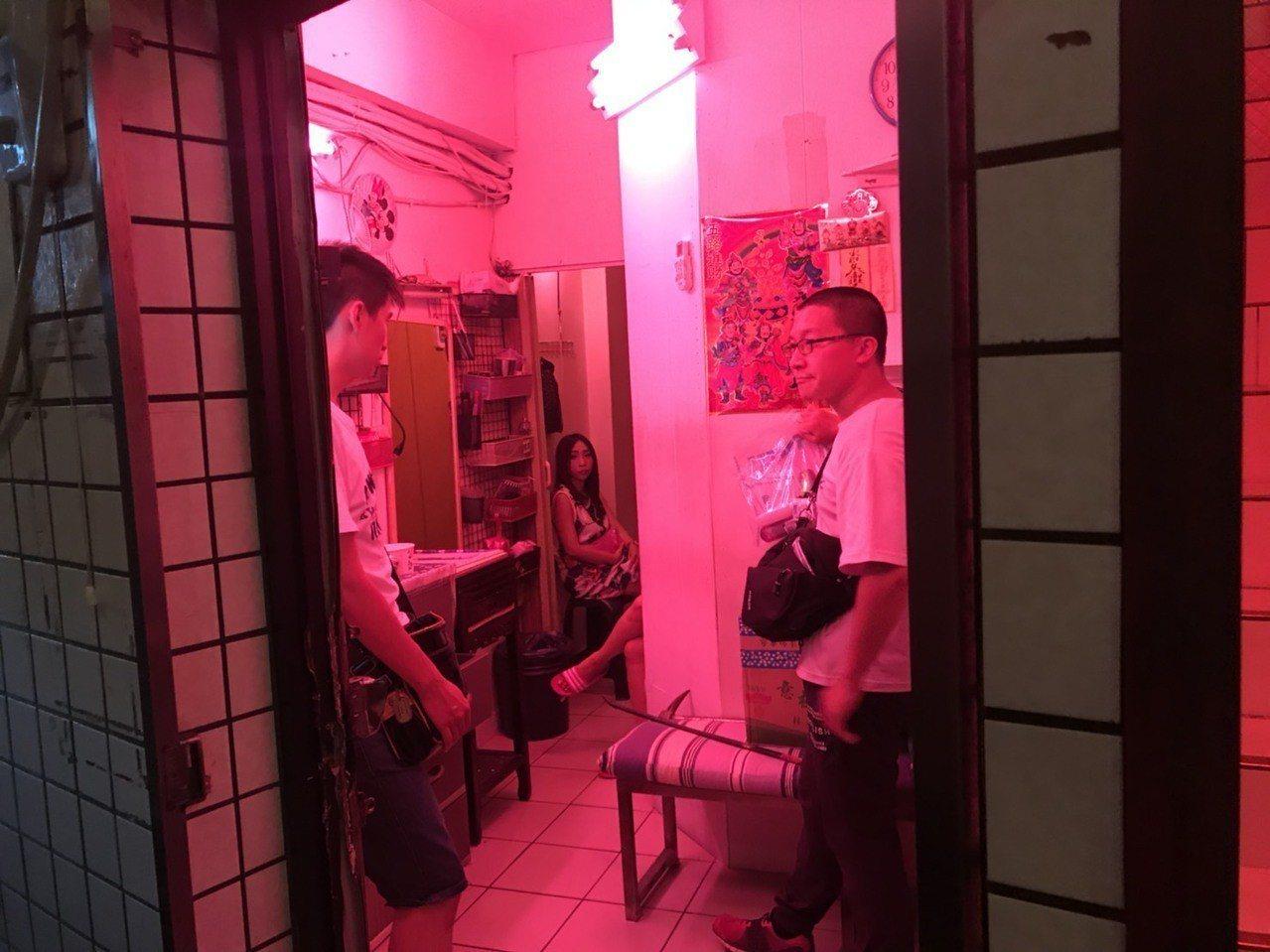 基隆市龍安街、成功一路一帶私娼寮再現22名妙齡泰女假觀光、真賣淫,警方今見時機成...