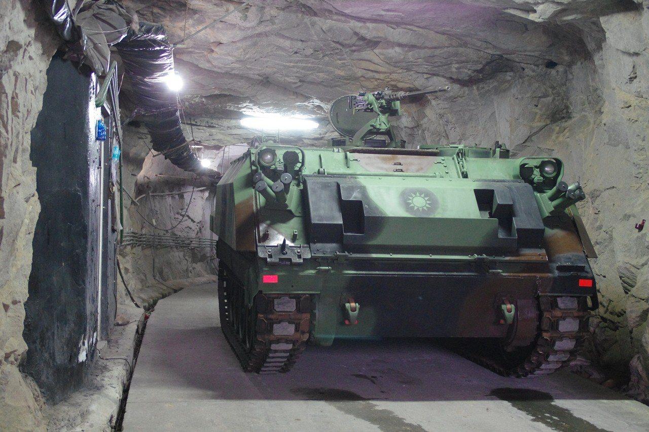 駐防馬祖的陸軍機械化步兵,裝甲車隱身在坑道內。資料照,記者程嘉文/攝影
