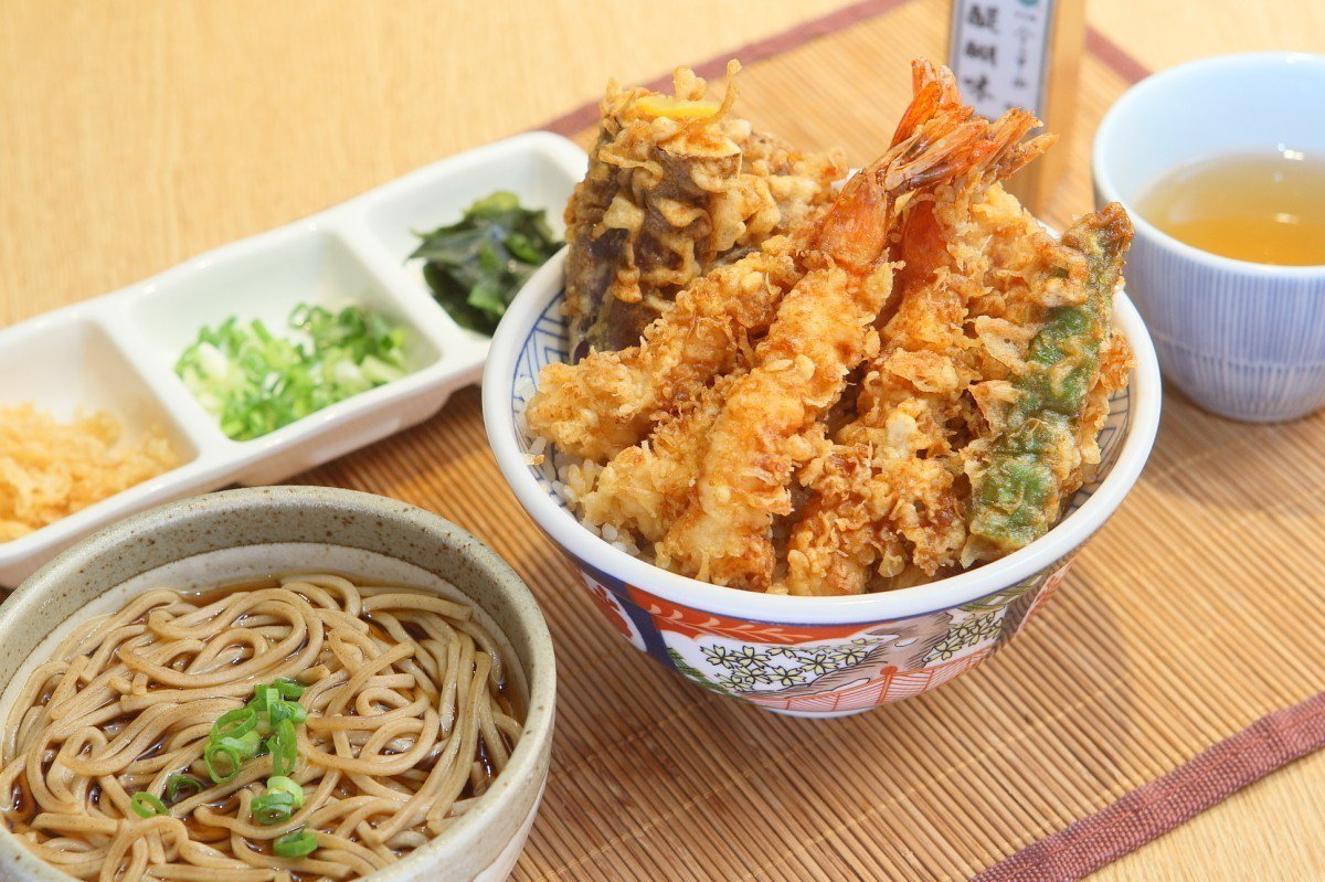 一次可品嘗到4隻炸蝦、4款蔬菜的金子極盛天丼。記者陳睿中/攝影