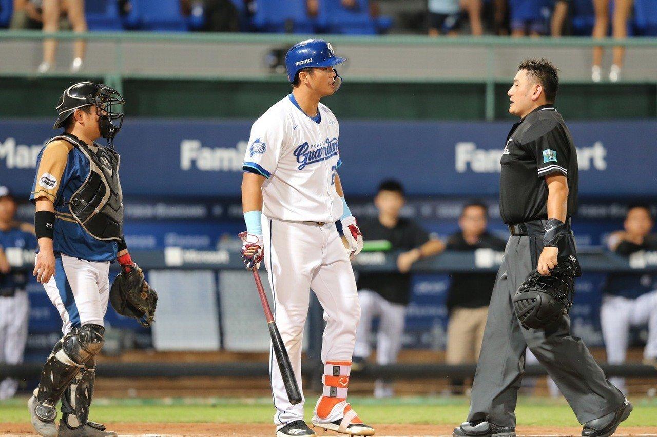 高國輝被觸身球擊中,怒氣沖沖瞪著猿隊投手蘇俊羽。記者許正宏/攝影